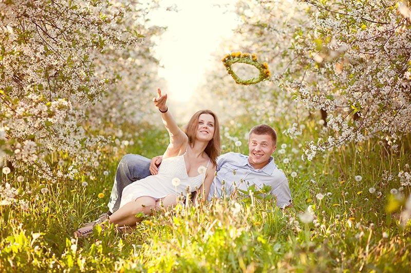 Sesja narzeczeńska w kwitnącym sadzie